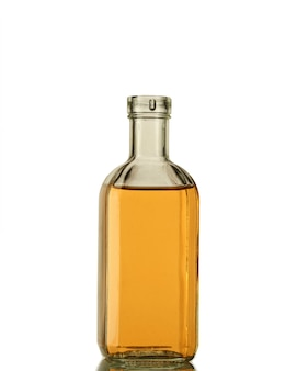 Uma garrafa de álcool forte em uma garrafa transparente