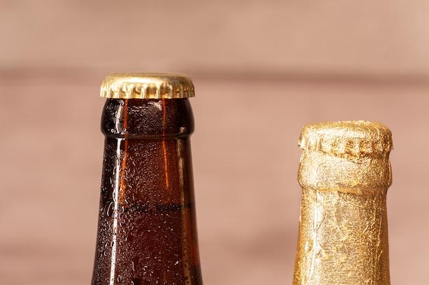 Uma garrafa de cerveja e uma garrafa de cerveja âmbar