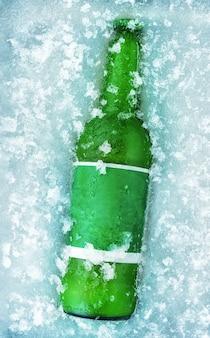 Uma garrafa de cerveja no gelo