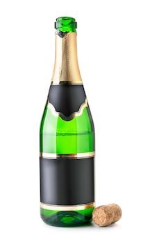 Uma garrafa de champanhe aberta está meio vazia com uma rolha sobre um fundo branco. isolado