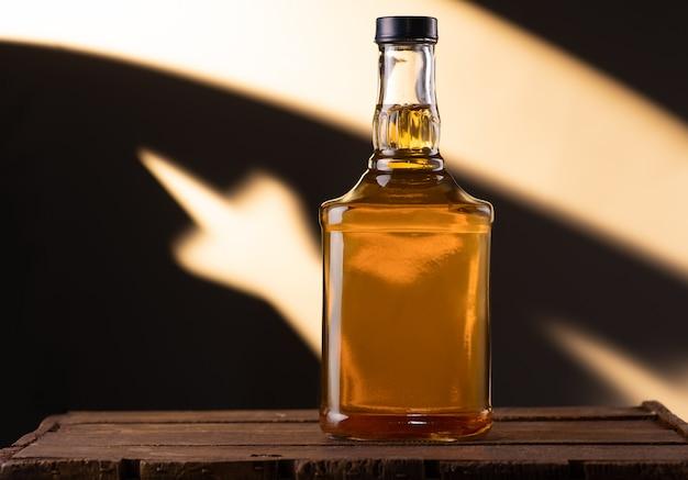 Uma garrafa de conhaque numa superfície de madeira