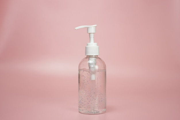 Uma garrafa de líquido desinfetante para as mãos