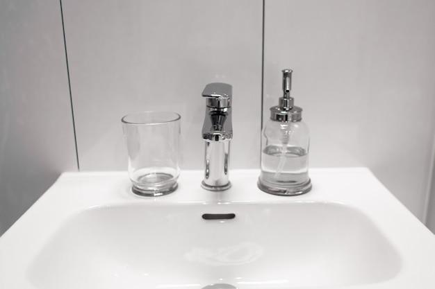 Uma garrafa de sabonete líquido no lavatório
