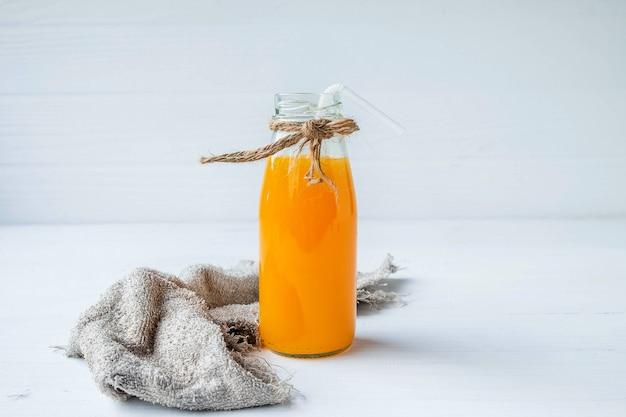 Uma garrafa de suco de laranja em branco