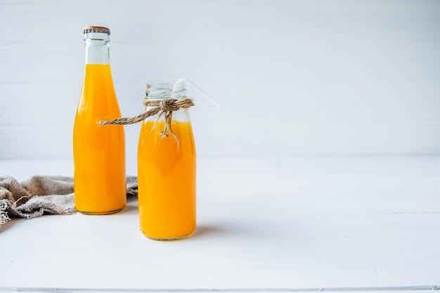 Uma garrafa de suco de laranja
