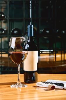 Uma garrafa de vinho e copos em cima da mesa, no contexto de um vinho shakafa.