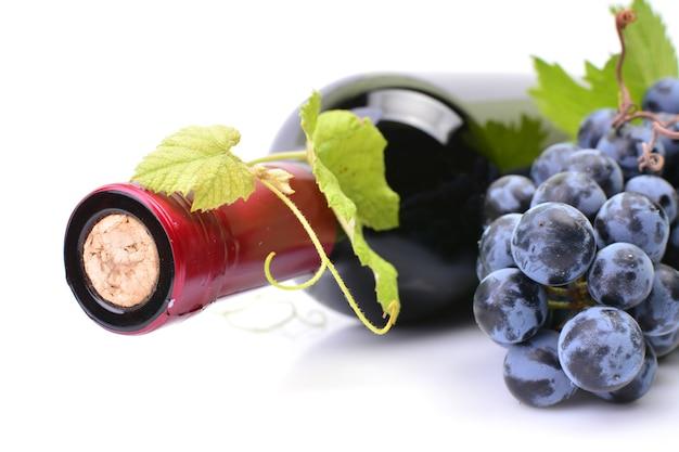 Uma garrafa de vinho em um fundo branco