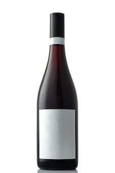 Uma garrafa de vinho tinto em um fundo branco e isolado