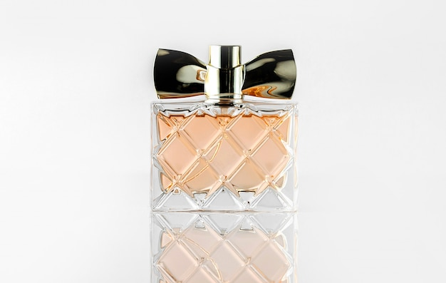 Uma garrafa de vista frontal projetada transparente isolada na parede branca
