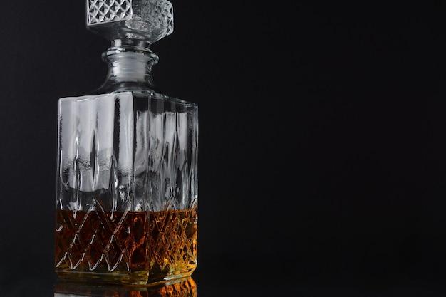 Uma garrafa quadrada de uísque