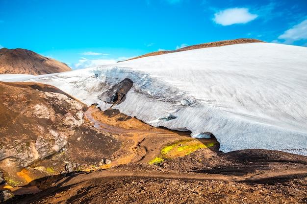 Uma geleira bonita no ponto mais alto da caminhada de 4 dias de landmannalaugar. islândia