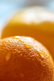 Uma gota d'água em um close de laranja
