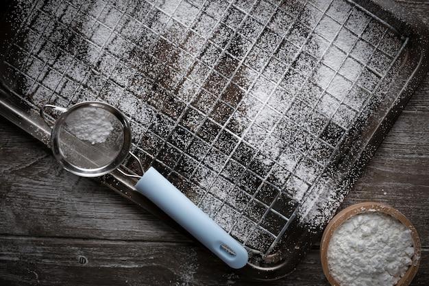 Uma grade de metal na velha mesa de madeira