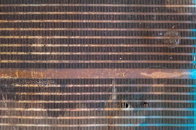 Uma grade do radiador enferrujada de um trator velho