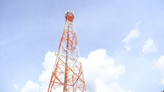 Uma grande antena 5g em um fundo branco