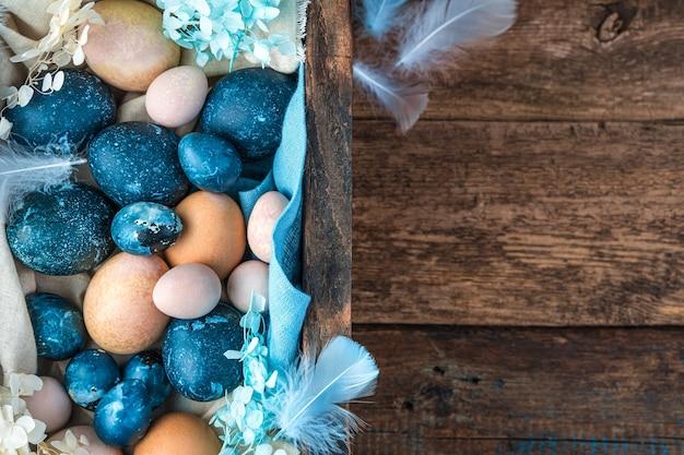 Uma grande caixa cheia de ovos de diferentes tamanhos e cores