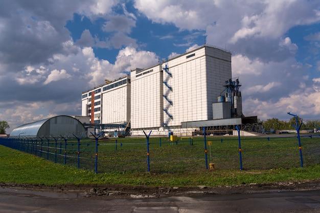 Uma grande fábrica para o processamento de grãos.