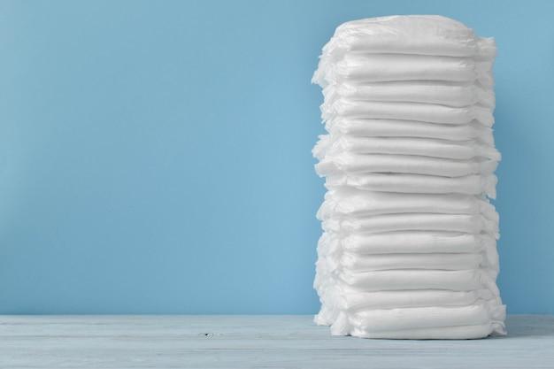 Uma grande pilha de fraldas limpas