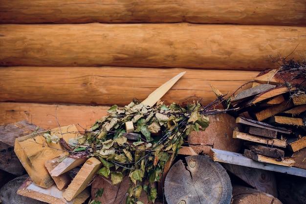 Uma grande pilha de lenha é feita de madeira para o banho do campo. ssunny dia de primavera