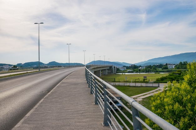Uma grande ponte sobre o porto do rio milena em ada boyana.