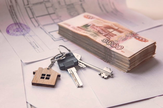Uma grande quantia em dinheiro russo e as chaves estão na planta do apartamento. é hora de comprar. empréstimo do banco hipotecário para aquisição de bens imóveis