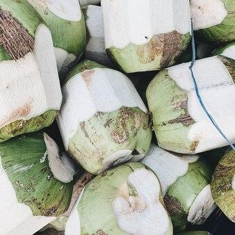 Uma grande quantidade de cocos verdes. conceito vegetariano, vegano, saudável e de verão