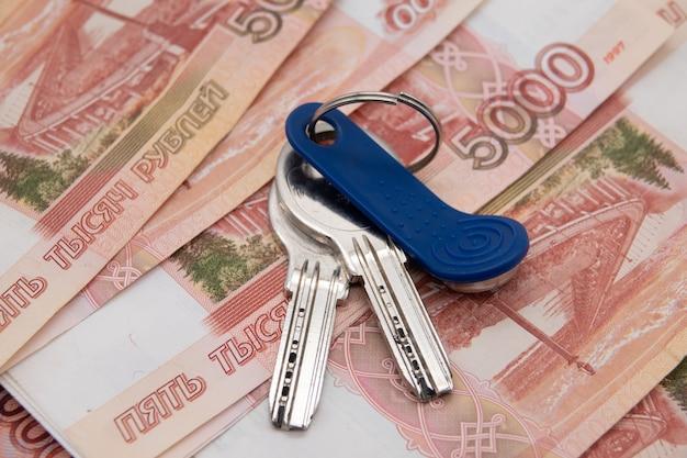 Uma grande soma de dinheiro russo e as chaves estão no plano do apartamento.