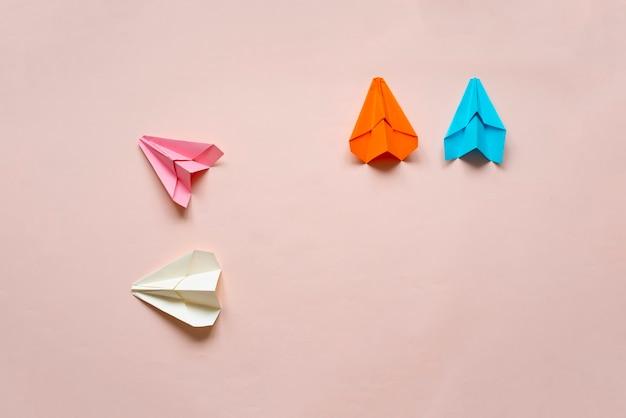 Uma ideia criativa dos aviões de papel com trilhos, vista de cima, conceito de viagem simples