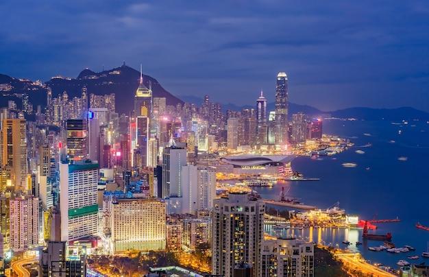 Uma ideia da skyline da cidade de hong kong, capturada em torno do por do sol da cimeira do monte de braemar.