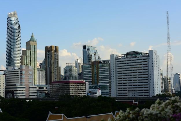 Uma ideia do prédio de escritórios alto da capital, banguecoque.