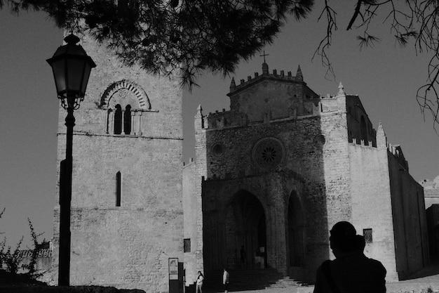 Uma igreja cristã feita de pedra, filmada em preto e branco