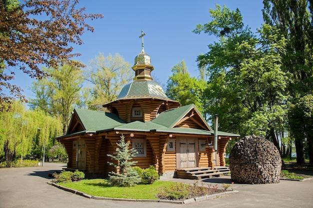 Uma igreja ortodoxa de madeira fica em um parque