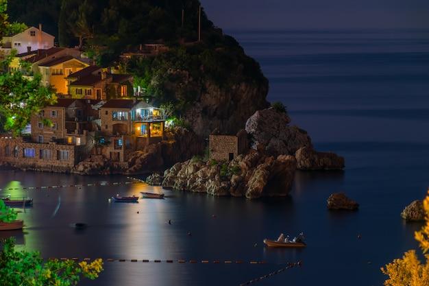 Uma ilha pitoresca perto de uma vila acolhedora na costa do mar adriático.