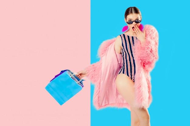 Uma imagem conceitual de um equilíbrio perfeito entre duas questões. menina e pacotes são equilibrados em cores. conceito de compras