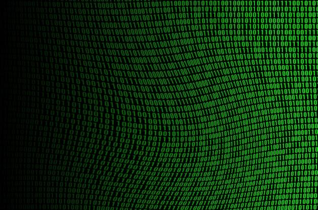 Uma imagem de um código binário corrompido e distorcido, composto por um conjunto de dígitos verdes em um fundo preto