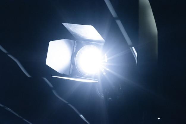 Uma imagem de uma luz de tamborete iluminando a escuridão.