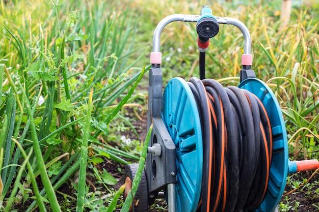 Uma imagem de uma mangueira de jardim. mangueira de irrigação