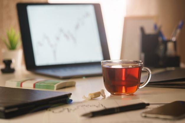 Uma imagem de uma manhã, mesa de escritório de um close-up analista financeiro.