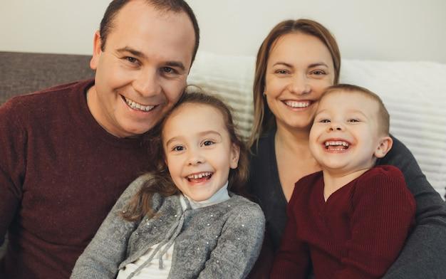 Uma imagem em close de todos os membros da família sorrindo e se preparando para as próximas férias