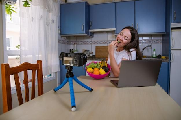 Uma influenciadora grava a si mesma com sua câmera de vídeo enquanto cria conteúdo para suas redes sociais