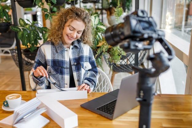 Uma influenciadora loira bonita testando novos produtos na câmera