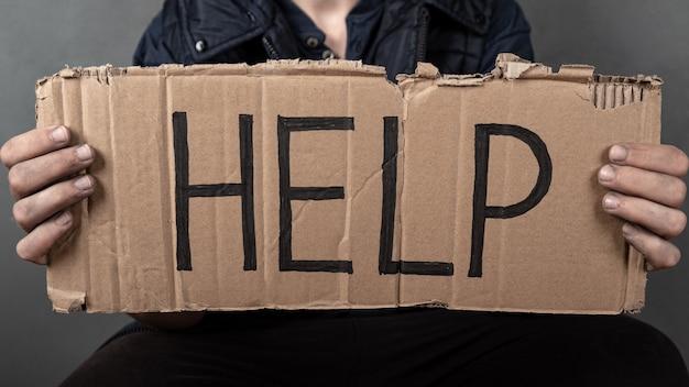 Uma inscrição pedindo ajuda dia para ajudar os pobres
