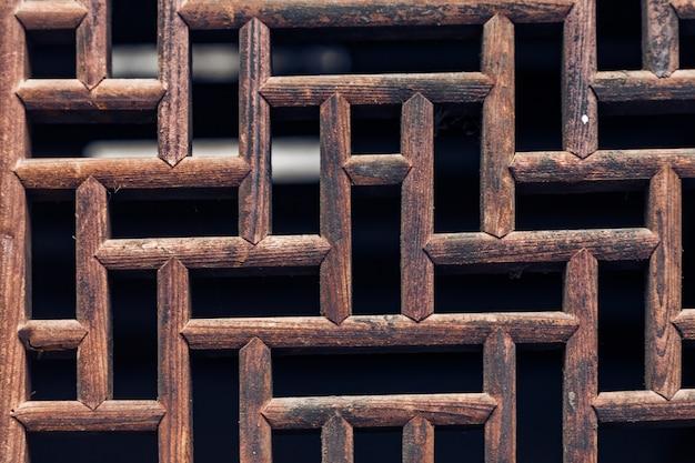 Uma janela de madeira; um fundo quadriculado