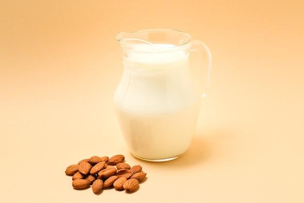 Uma jarra com leite de amêndoa, nozes