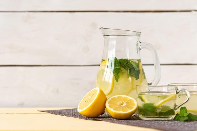 Uma jarra de limonada e copos