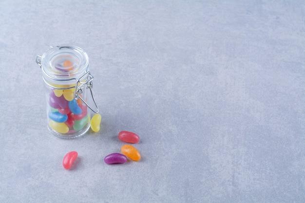 Uma jarra de vidro cheia de doces de feijão coloridos