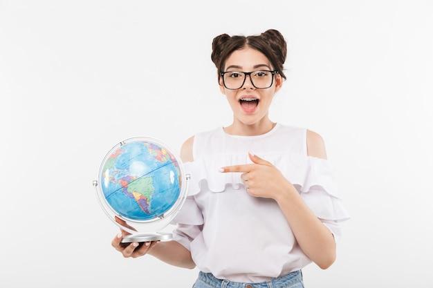 Uma jovem alegre de óculos escuros apontando o dedo