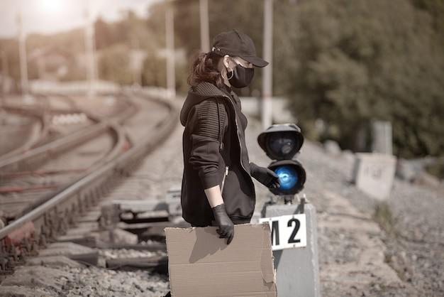 Uma jovem ativista com um pôster na mão na estação ferroviária