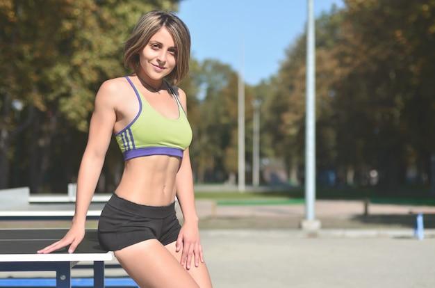 Uma jovem atleta caucasiana em um sportswear verde brilhante