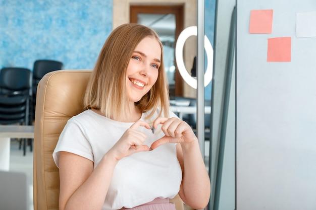 Uma jovem blogueira grava transmissões de conteúdo de vídeo ao vivo para assinantes, programas como um sinal de coração ...